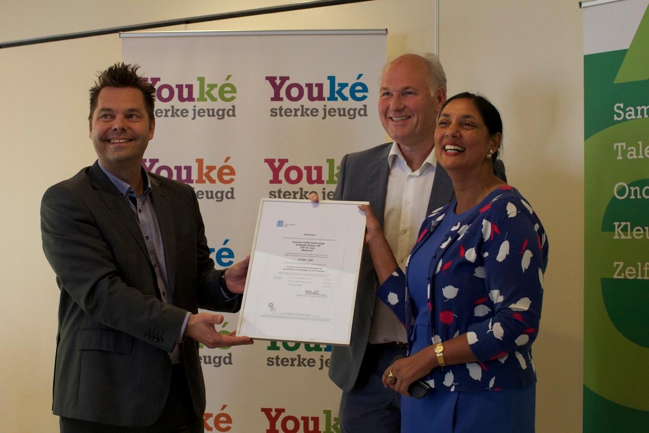 Jurgen van Dueren, Lloyd's Register, overhandigt ISO certificaat aan Fawzia Nasrullah en Rob Hartings, bestuurders Youké.